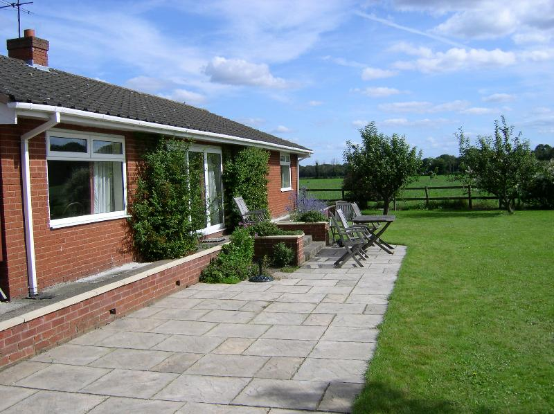 Lawned garden, patio and seating area for 6 extra patio chairs in the cottage Gas barbacue