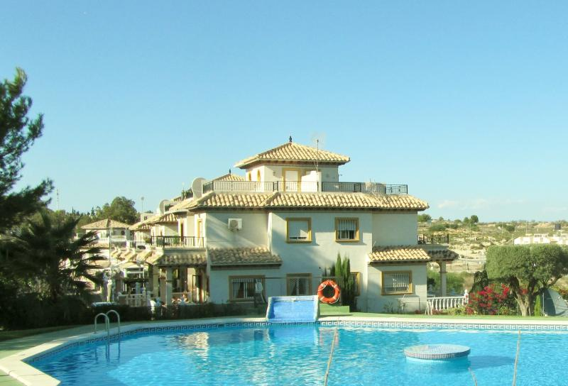 Overlooks a large swimming pool in delightful surroundings