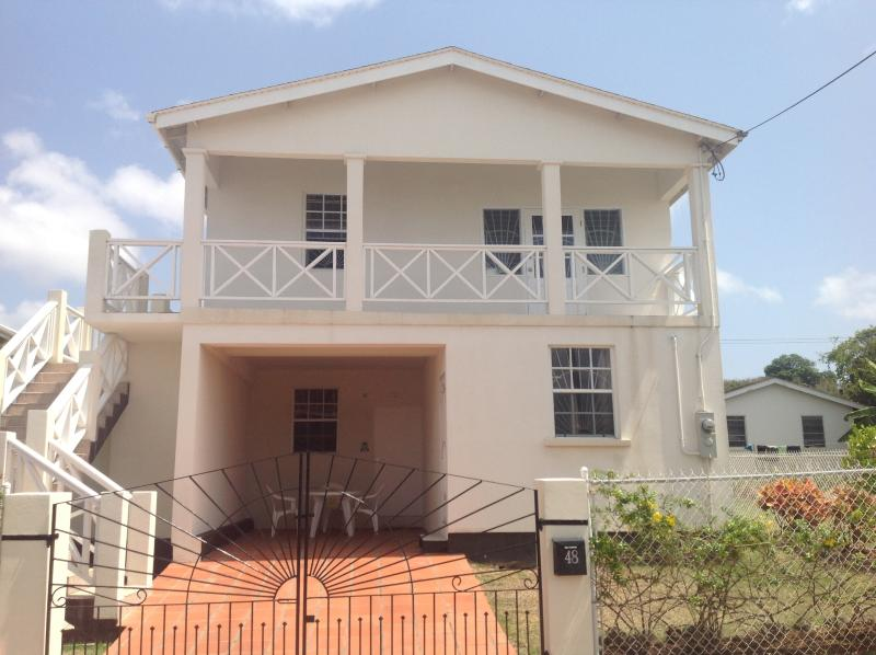 Heywoods villa, air conditioned self contained open plan  apartment, close to all amenitiesies