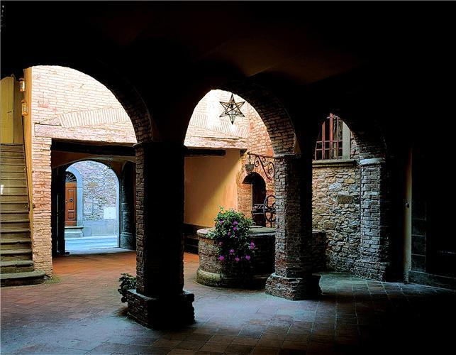 Elegant towhnhouse with private pool in a Chianti town - sleeps 10
