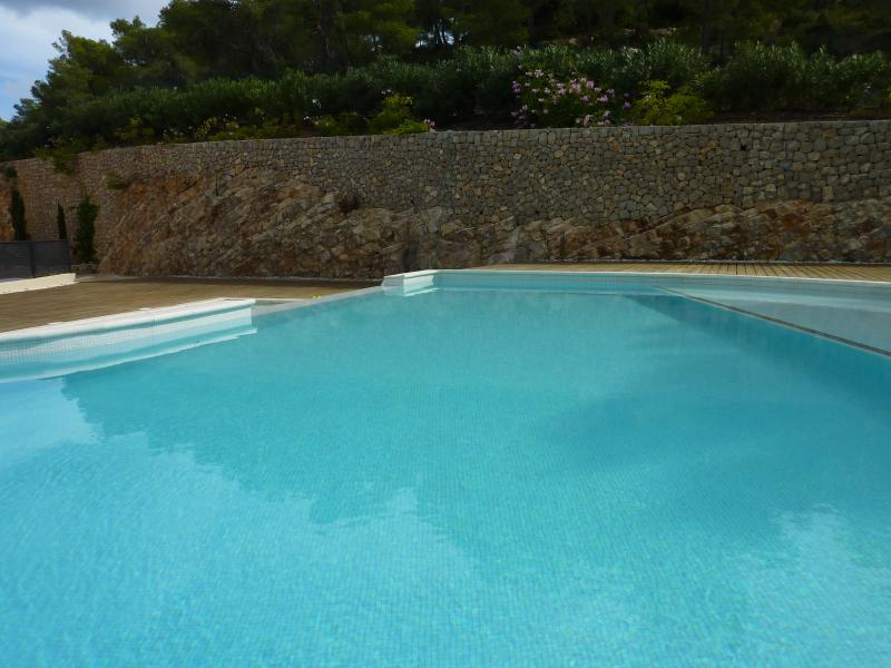 Spectacular large infinity pool with fantastic adult and separate childrens pool