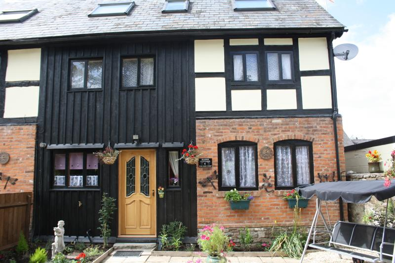 Welcome to Elvins Cottage,where you will recieve a warm welsh welcome to Fold farm in Presteigne
