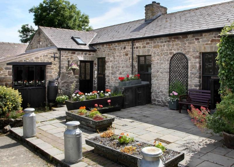 Traditional Stone Cottage with great badger watching