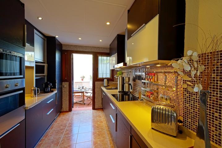 Kitchen with Dulit toaster & LCD TV
