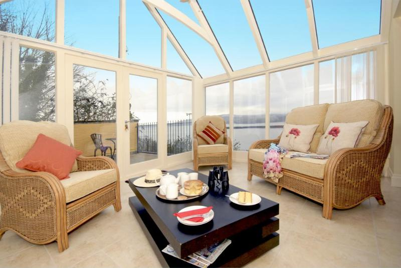 Pembrokeshire holiday cottage with sun room and sea views