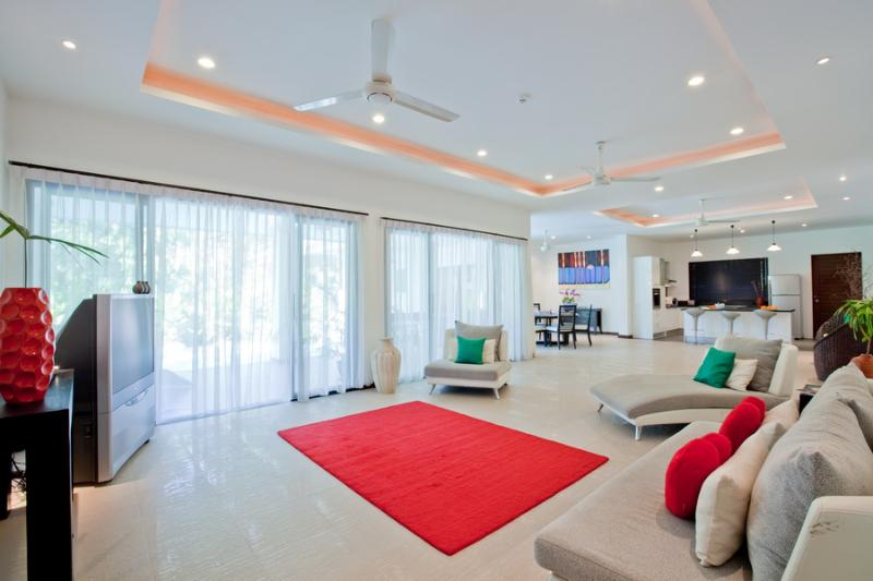 Huge 3 bedroom villa with contemporary feel, sleeps 6 with 3 bathrooms, very large pool