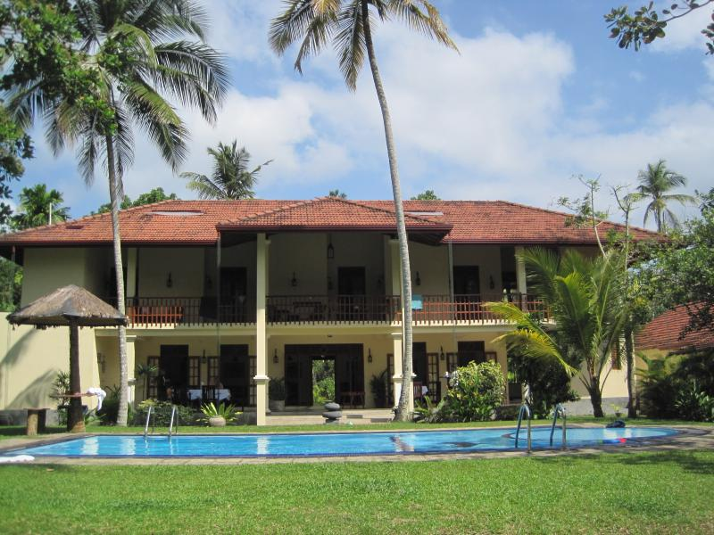 VILLA (poolside view)