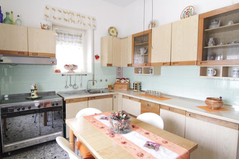 well equipped full size kitchen with dining table