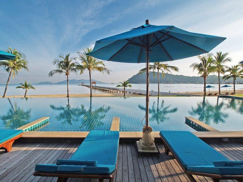 Infinity edge pool and private jetty (common for TBR-owners)