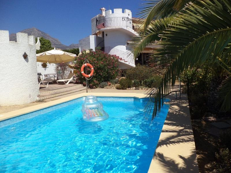 Pool 8 m x 4 m & Sun terrace with sun beds & cushions and a huge umbrella, we have lilos and
