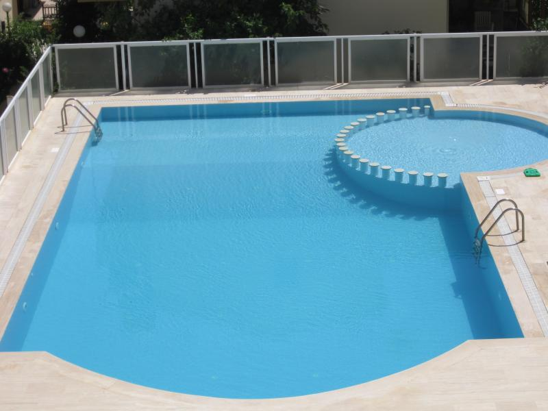 Fenced swimming pool with paddling pool & sun loungers! Open from June to end of September