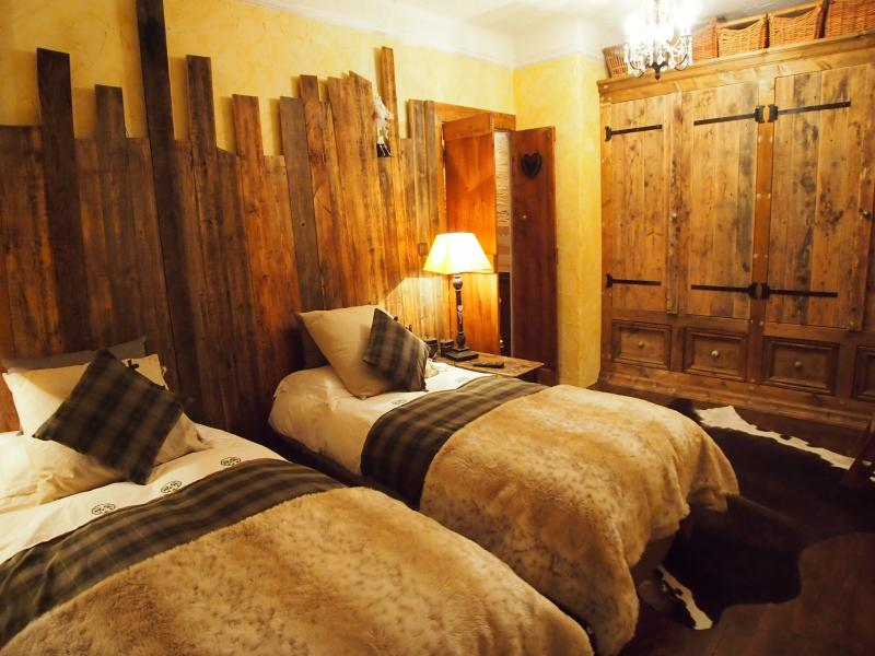 The upstairs twin or double room - flat screen tv, balcony, feather quilts, fur bed throws