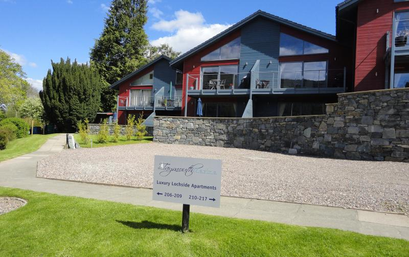 Beinn Eighe is a lochside apartment situated within a marina development on Loch Tay,