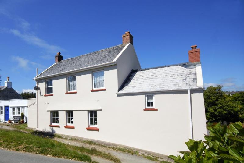 Period Pembrokeshire cottage for holidays in Solva - pets welcome