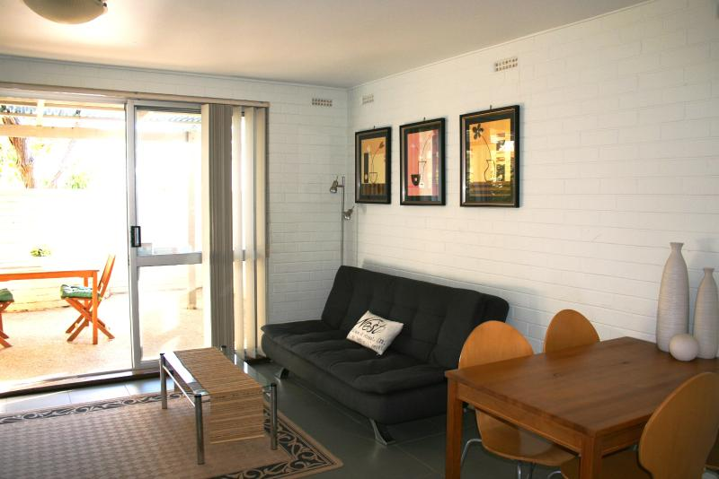 Fantastic inner city location 2 min walk to local shops - Close to hospitals and CBD