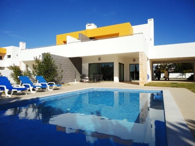Semi-detached villa with private pool and garden in Sesmarias, Albufeira