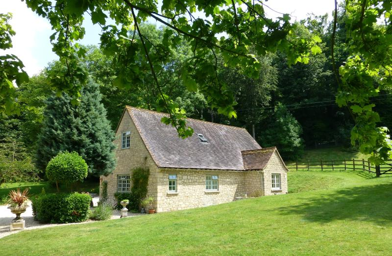 Pretty cotswold stone cottage set in extensive grounds