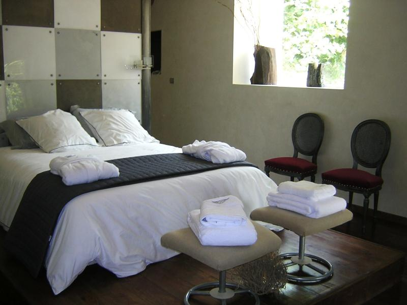 The main bedroom with its 160cm bed, beautiful view on the garden