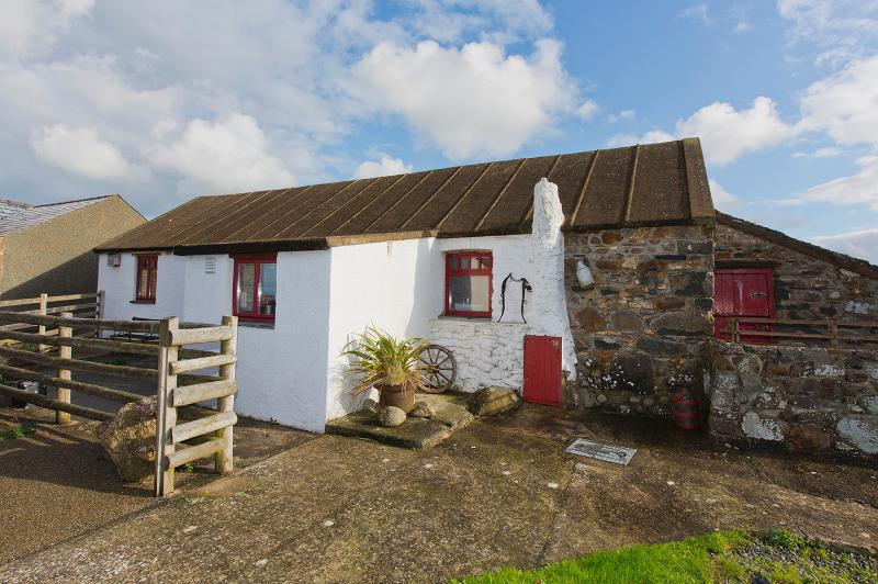 Tilley's Cottage - a beautiful stone cart shed in the Pembrokeshire Coast National Pa