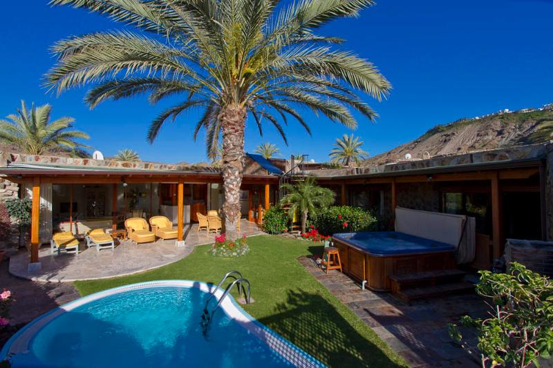 Private garden that catches sun all day long. Salt water, heated pool & separate hot tub.
