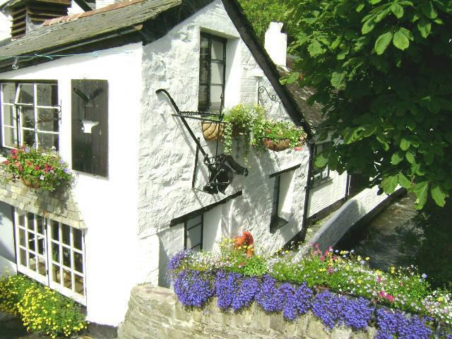 The Forge is located close to Polperro harbour and with very close parking
