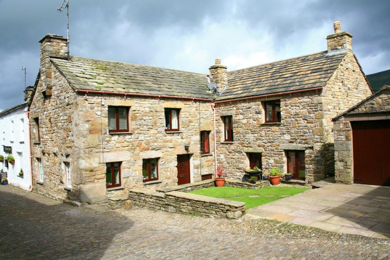 Dolly's cottage on the cobbles with private parking for one car & a car park permit for car