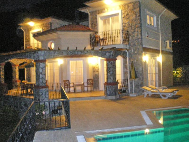 Sevgililer Evi at night