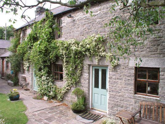 Have  your meals or the last drink of an evening in the charming and secluded cottage garden.