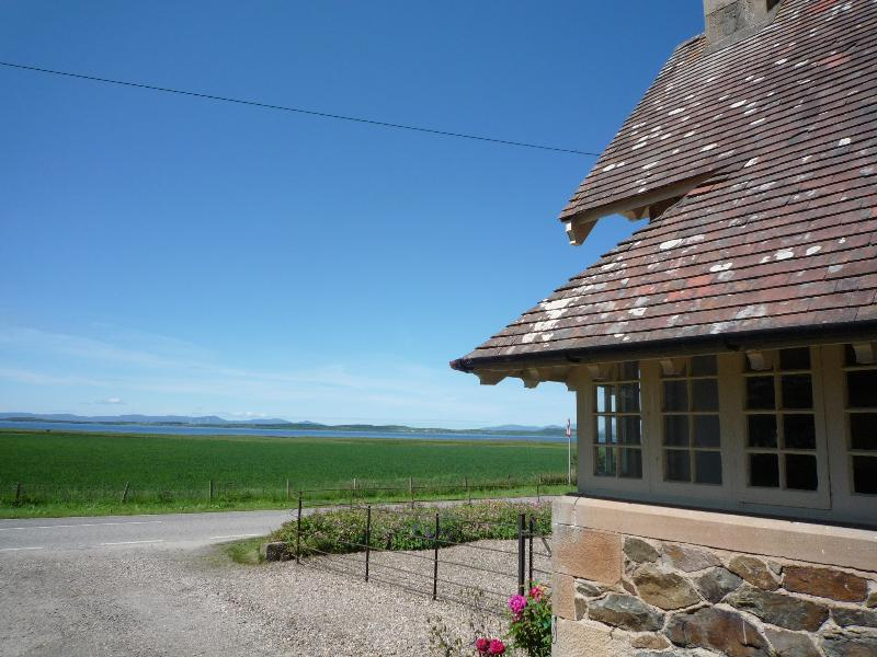 Boatmans Cottage is located on the west coast of Kintyre, overlooking the south Hebridean islands