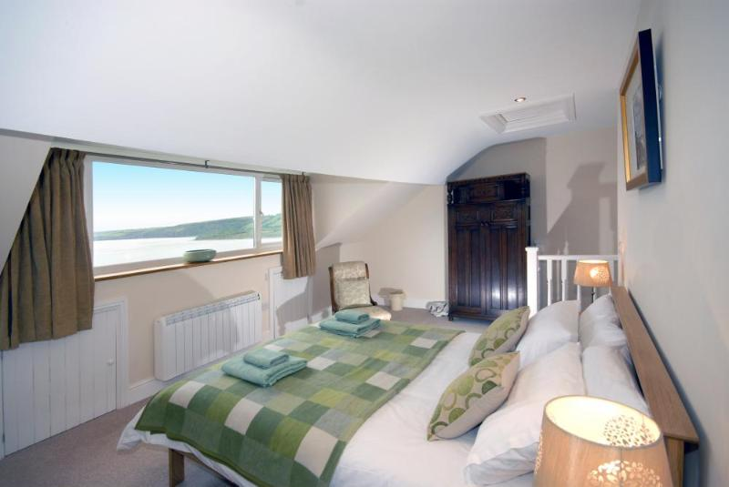 Cardigan Bay holiday house with sea views - Master kingsize bedroom with sea views