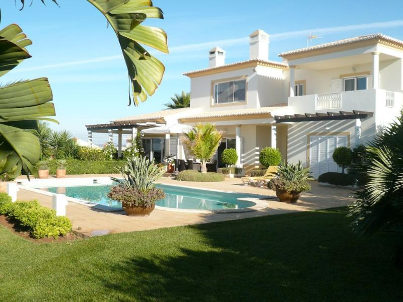 Vila do Navegador Pool and garden