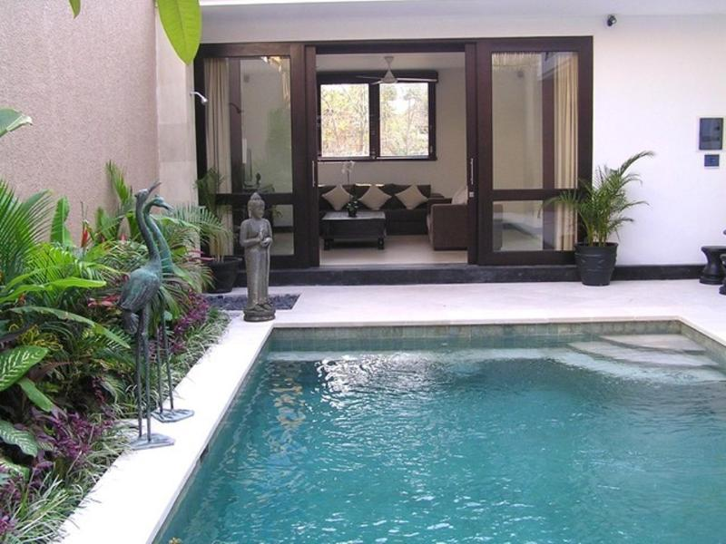 Pool/patio doors to lounge
