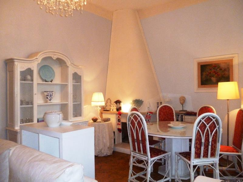 Appartamento Patrizia: living room with dining table and fire place