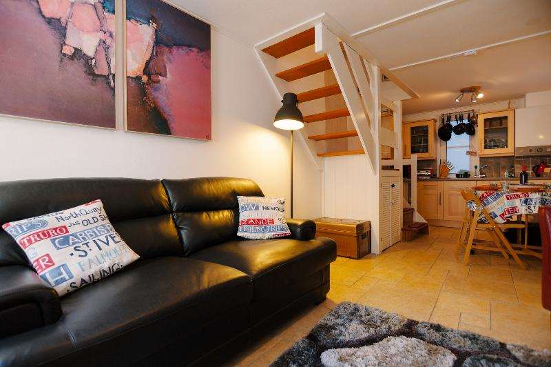 3 Fish street, very central, 30 sec walk to Harbour. Fast WiFi.
