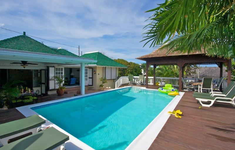 Sea Spray - 3 Bedrooms, 3 Bathrooms, 50 yards from the Beach with Free Wifi