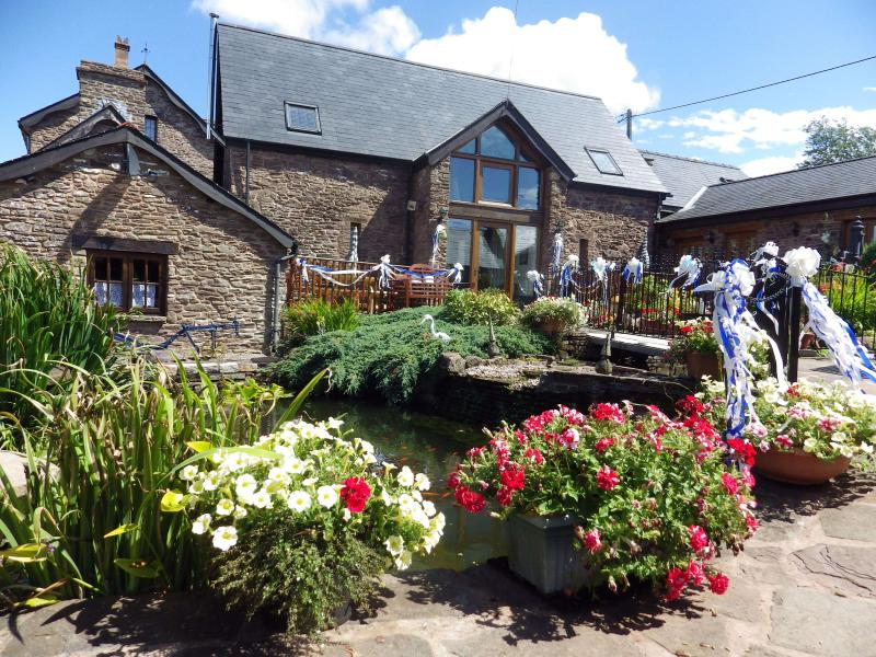 the grand oak cottage 15th century barn converted into luxury accommodation for upto nine persons