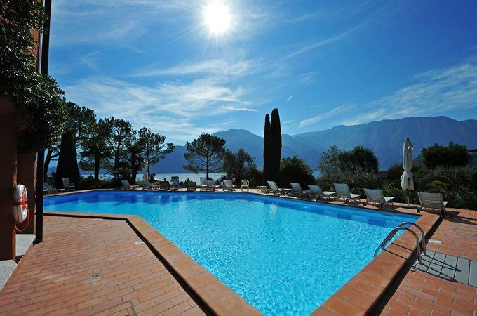 The large outdoor swimming pool with sunny terrace and sun-loungers a thet Brentano residence