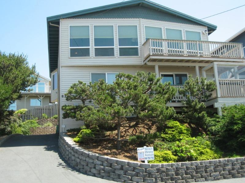 Fabulous oceanview from this wall of windows!