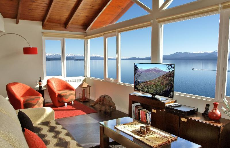 Panoramic views directly over the lake