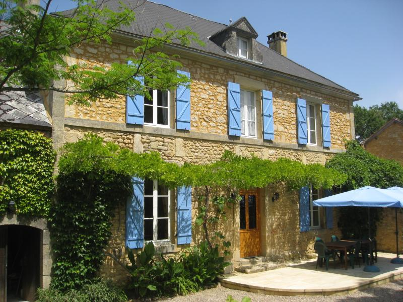 6 en-suite bedrooms and a beautiful patio for outside dining at Le Manoir des Granges