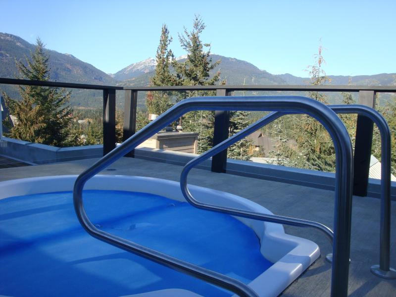 Roof top hot tub with views. Great after a ski day.