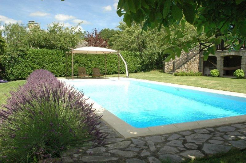 The pool with romain stairs and sunbeds