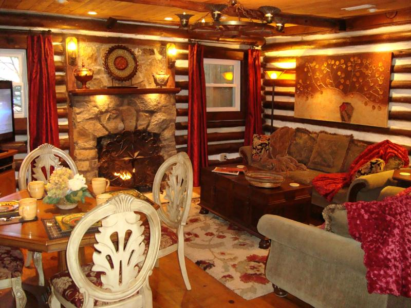 HERITAGE LOG CABIN charming warmth of log walls, stone fireplace, wood floors, lush sofas & 50' HDTV