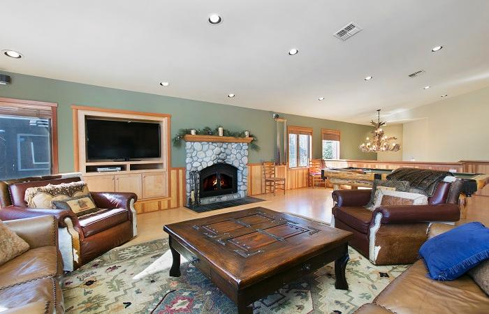 Snowcreek #820 Living Area With A Gas Fireplace