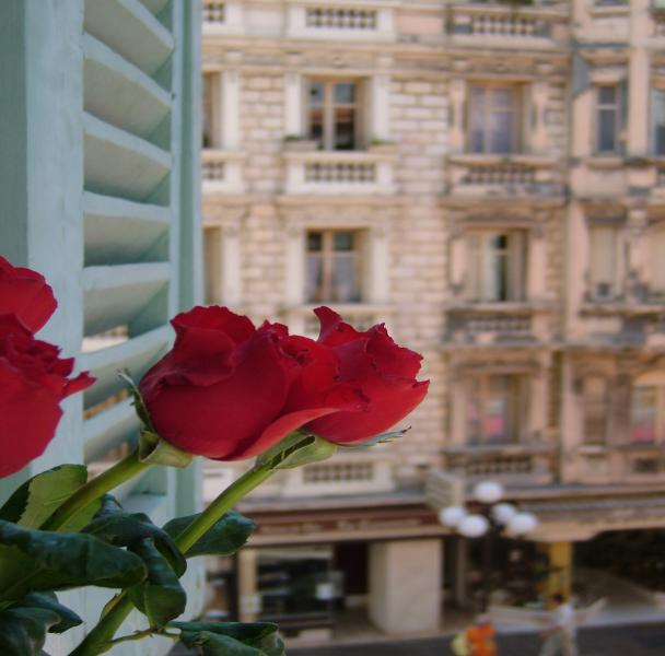 Welcome to,'Appartement Bord de la Mer! Situated in the sought after prime area of the Carre d'Or.