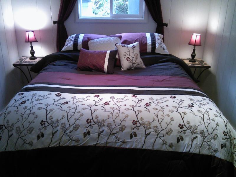 Kilauea Garden Cottage bedroom with comfortable Queen size bed