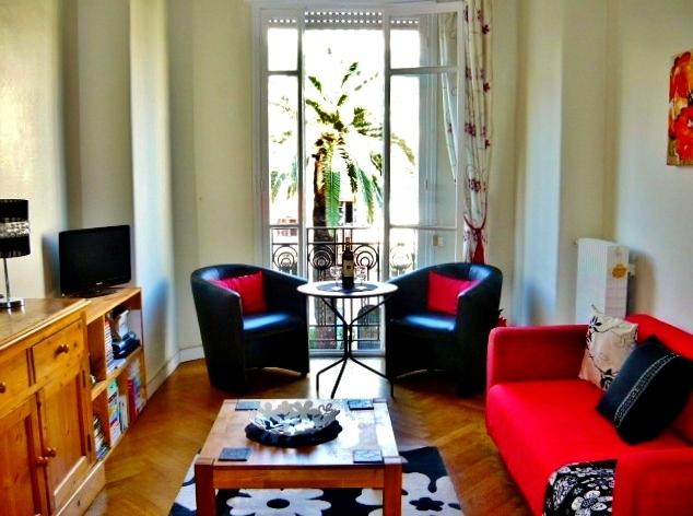 Comfortable living room wth entertainment area. Flat screen TV, Hi Fi & varied DVD & book selection