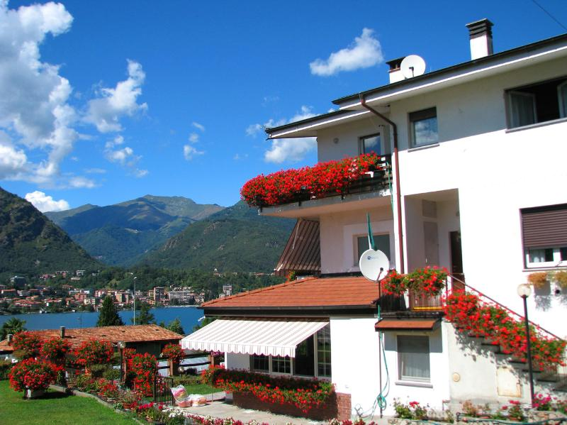 Fully accessorized with amazing Lake View Top floor apartment for a Relaxed Family Holiday.