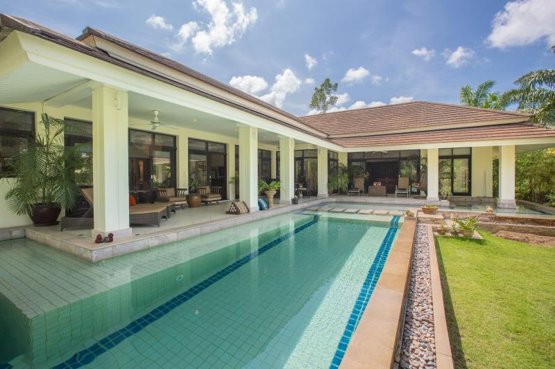 Blue skies, cool swimming pool, shaded terraces, hit's the spot !