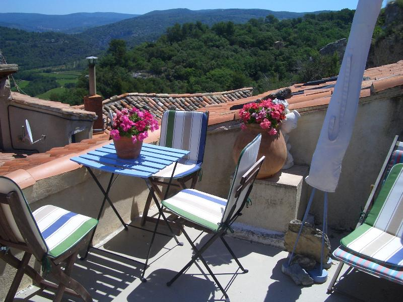 Rooftop views overlooking the Nesque/Luberon and onwards to Gordes, Senanque,